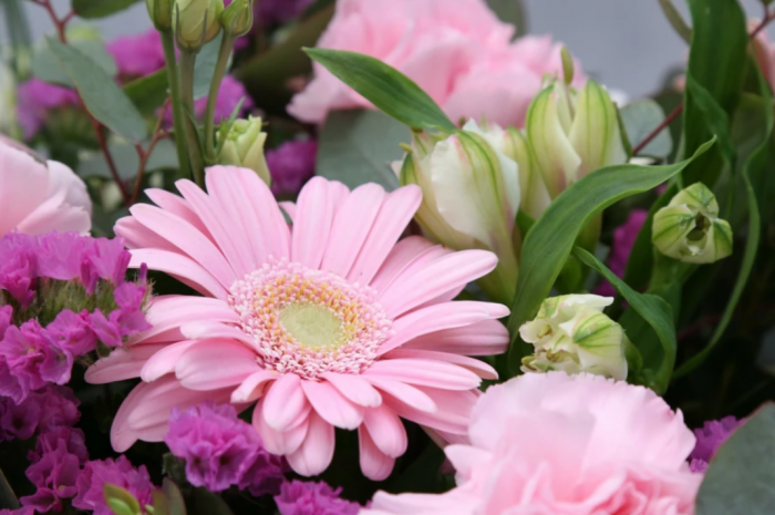 Reasons to use services of online flower delivery